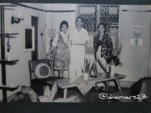 Foto keluarga almarhumah ibu bersama Mbah Putri dan Mbah Kakung. (sumber: dokpri)